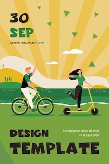 야외에서 자전거와 스쿠터를 타고 행복 한 커플입니다. 해변 플랫 플라이어 템플릿을 따라 이동하는 사람들