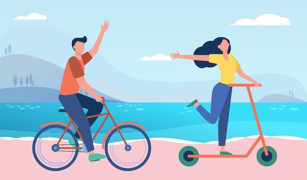 Coppia felice in sella a bici e scooter all'aperto. persone che si spostano lungo l'illustrazione piatta al mare.
