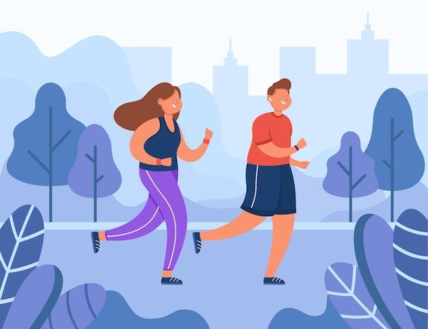 夏の朝に公園で走っている幸せなカップル。男と女が一緒にジョギング。
