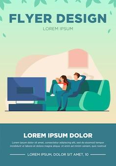 一緒にテレビを見ている幸せなカップル。リラクゼーション、ソファ、映画フラットベクトルイラスト。バナー、ウェブサイトのデザインまたはランディングウェブページの家族とエンターテイメントのコンセプト