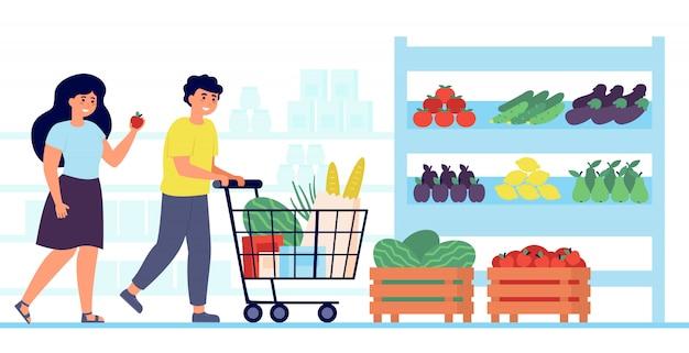 Счастливые клиенты, покупающие еду в продуктовом магазине