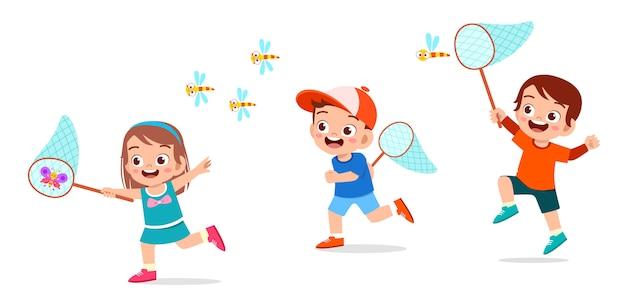 幸せなかわいい男の子と女の子はバグをキャッチ