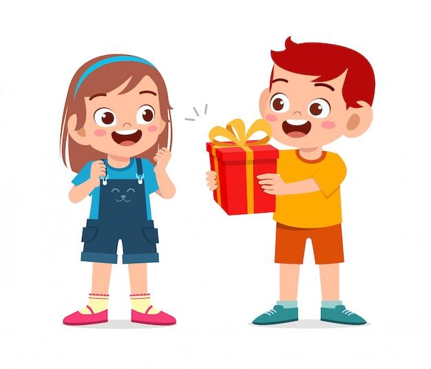 幸せなかわいい男の子が友人にプレゼントを与える