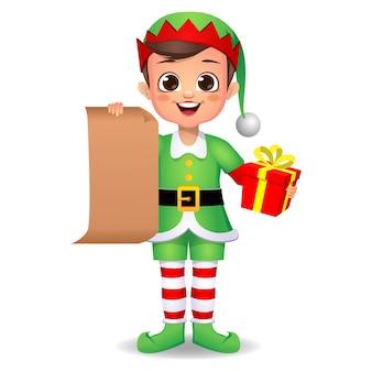 Счастливый милый мальчик ребенок в платье эльфа с подарком и письмом