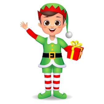 Счастливый милый мальчик ребенок в платье эльфа с подарком