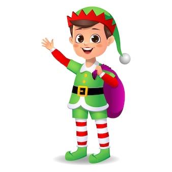 Счастливый милый мальчик в платье эльфа с сумкой для подарков