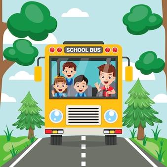 幸せなかわいい子供たちと道路上のスクールバス正面図