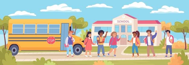 여름 방학 후 학교로 돌아오는 행복한 귀여운 아이들