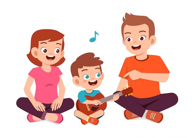 행복 한 귀여운 가족 엄마 아빠 아들 딸 기타 연주