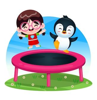 Счастливая милая девушка и пингвин играют на батуте