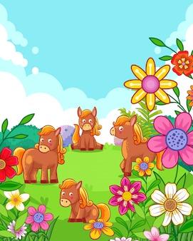 Счастливые милые лошади с цветами играют в саду
