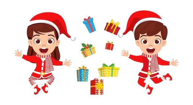 幸せなかわいい子供の男の子と女の子がジャンプして陽気なカリスマを祝い、ギフトボックスを飛んで、孤立して手を振る
