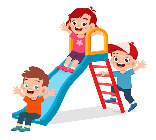 Счастливый милый парень мальчик и девочка играют слайд вместе