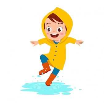 행복 한 귀여운 꼬마 소년 놀이 비옷을 착용