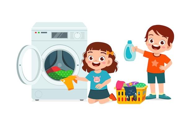행복 한 귀여운 아이가 세탁기로 세탁을