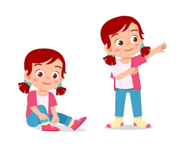 幸せなかわいい子供の女の子はドレッシングプロセスを行う
