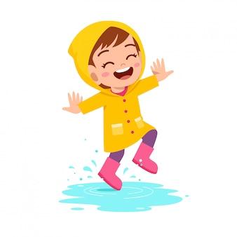 행복 한 귀여운 꼬마 소녀 놀이 비옷