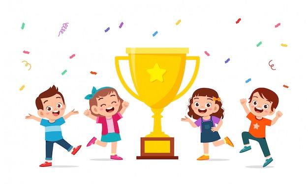 Счастливые милые дети мальчик и девочка празднуют победу