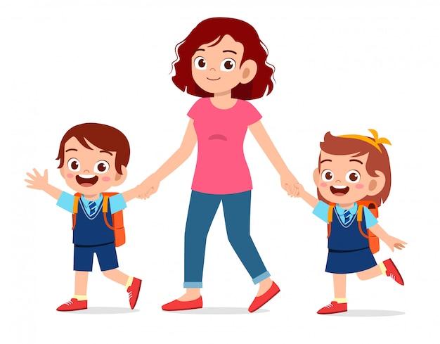 Счастливые милые дети мальчик и девочка ходят в школу с мамой