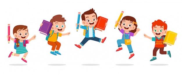 幸せなかわいい子供の男の子と女の子のジャンプ