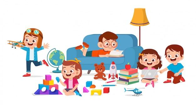 Счастливые милые дети мальчик и девочка играют вместе