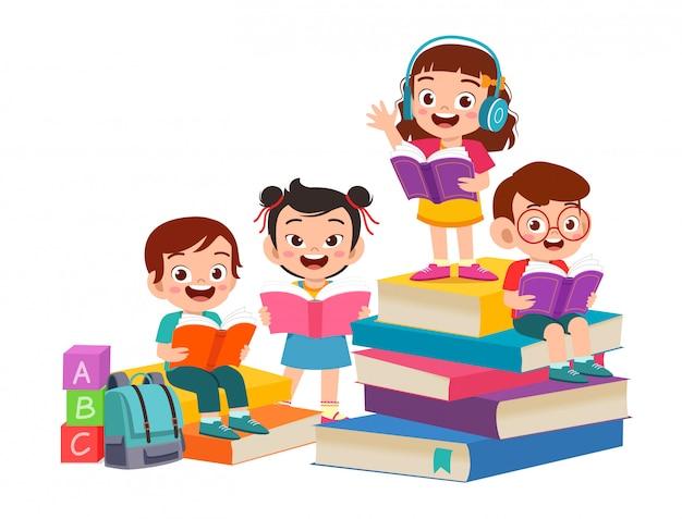 幸せなかわいい子供男の子と女の子が一緒に本を読む