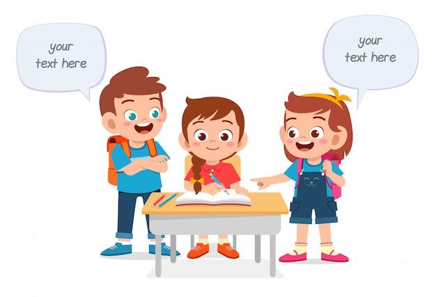 幸せなかわいい子供男の子と女の子が一緒に勉強します