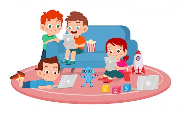Счастливые милые дети мальчик и девочка используют смартфон