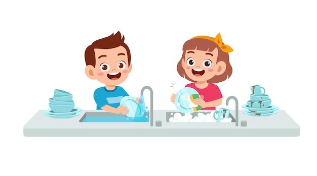 Счастливый милый маленький мальчик и девочка, мыть посуду вместе