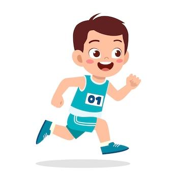 마라톤 게임에서 뛰는 행복한 귀여운 소년