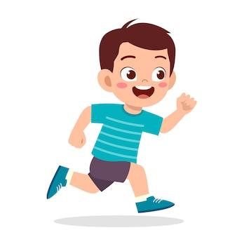 とても速く走っている幸せなかわいい男の子