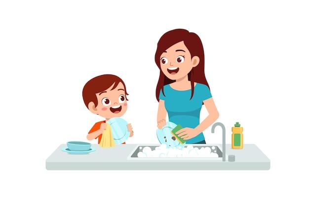 幸せなかわいい男の子お母さんとお皿を洗う