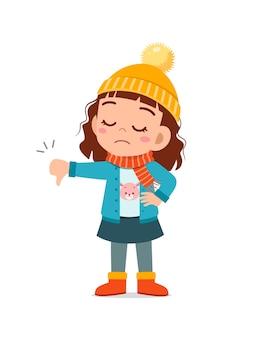 Счастливый милый маленький чувствует разочарование и надевает куртку в зимний сезон