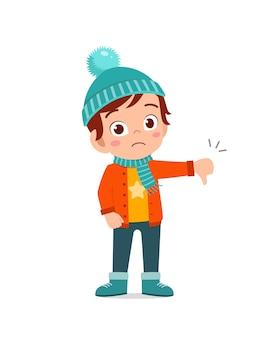 조금 실망하고 겨울철에 재킷을 입는 행복한 귀여운