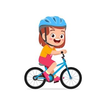 Счастливая милая маленькая девочка мальчик езда на велосипеде