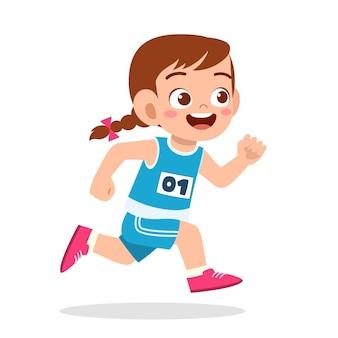 마라톤 게임에서 뛰는 행복한 귀여운 소녀