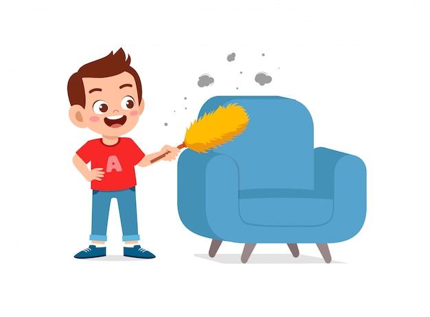 Счастливый милый маленький ребенок мальчик и девочка делают уборку стула по дому