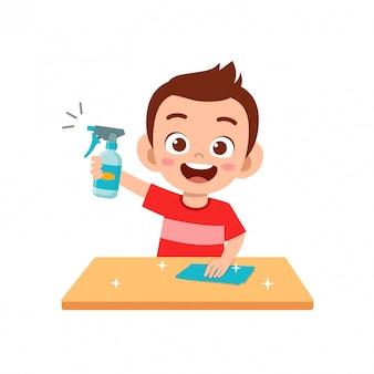 Счастливый милый маленький ребенок мальчик и девочка делают уборку стола по дому