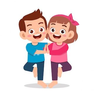행복 한 귀여운 작은 아이 소년과 소녀 요가 포즈를