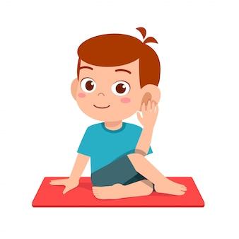Счастливый милый маленький мальчик и девочка малыша делают представление йоги Premium векторы