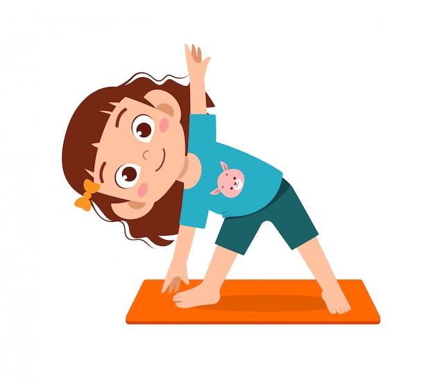 Счастливый милый маленький мальчик и девочка малыша делают представление йоги