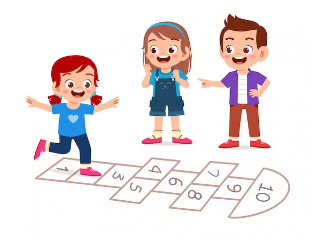 행복 한 귀여운 작은 아이 소년과 소녀 돌 차기 놀이