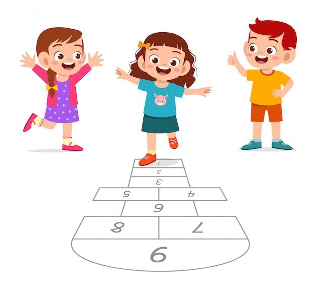 Счастливый милый маленький ребенок мальчик и девочка играют классики