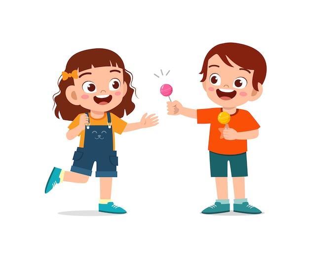 Счастливый милый маленький ребенок мальчик и девочка делятся едой с другом