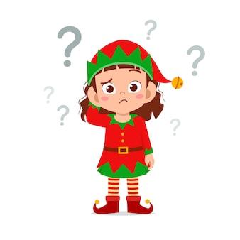 緑のエルフのクリスマスの衣装を着て考えて幸せなかわいい小さな子供の男の子と女の子