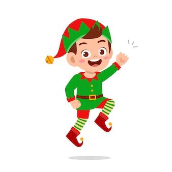 緑のエルフのクリスマスの衣装を着て幸せなかわいい小さな子供の男の子と女の子