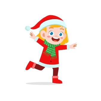 Счастливый милый маленький ребенок мальчик и девочка в красном рождественском костюме