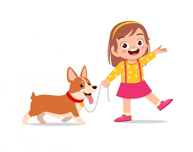 Счастливый милый маленький ребенок мальчик девочка играет с собакой