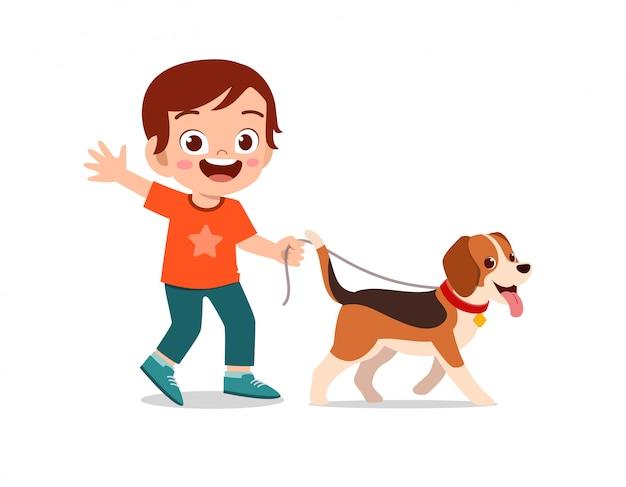 幸せなかわいい子供男の子女の子はペットの犬と遊ぶ