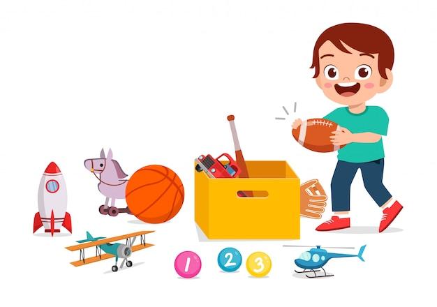 Счастливый милый маленький малыш мальчик играет с игрушками